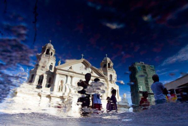 Отражение в воде католической церкви. Манила, фото:Brent Lewin