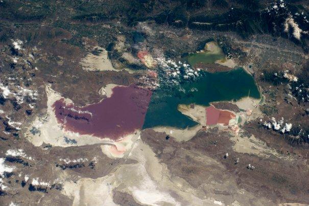 Красные и белые пески, от этого зависит цвет моря.