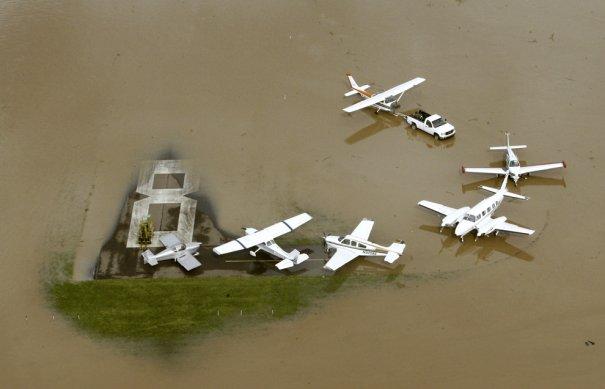 Самолеты на задании по спасению затопленного региона