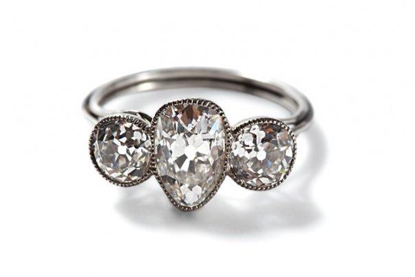Платиновое кольцо с бриллиантами.