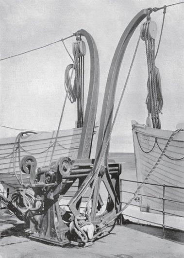 Специальные краны, которые олжны спускать шлюпки на воду,1912 год.