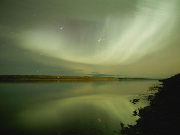 Северное сияние на восходе, фото: Raymond Gehman