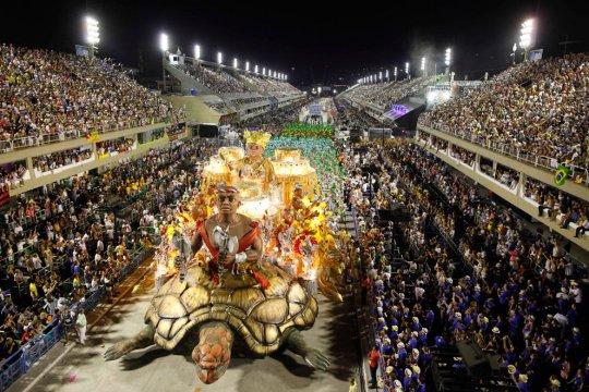 Школа самбо Imperatriz Leopoldinense участвует в карнавале.