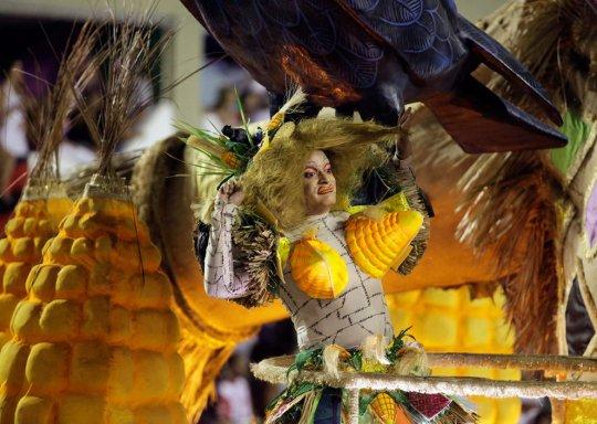 Участник школы самбо Mocidade на ежегодном параде в Рио.