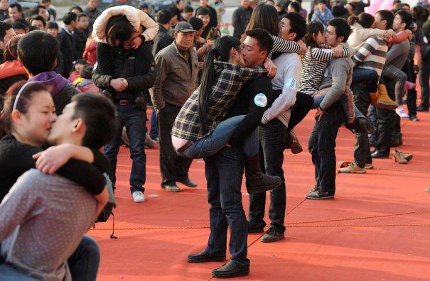 Всемирный день поцелуя! Китай, 97 пар целуются за приз  - обручальные кольца с бриллиантом!