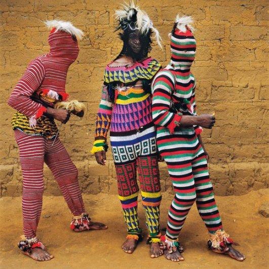 Дети в маскарадных костюмах