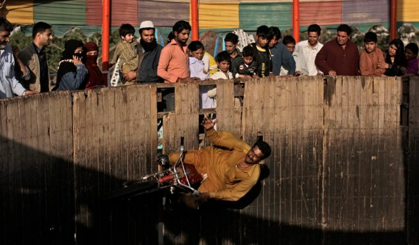 Мы используем для такого эффекта Photoshop, а в Пакестане нужен  всего лишь велосипед, фото: Muhammed Muheisen