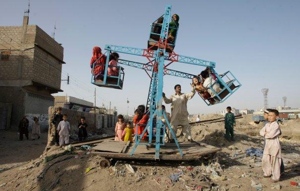 Карусель в ручном режиме, Пакистан, фото:Fareed Khan