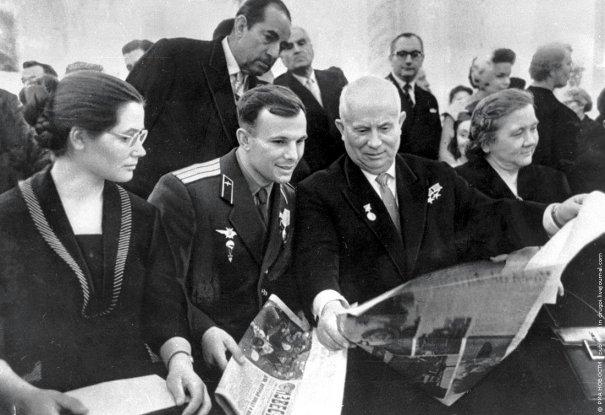 Юрий Гагарин со своей женой Варварой и Никитой Хрущевым