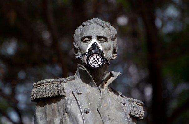 Статуя Леонардо Браво( эколог) в маске, Мексика, фото: Eduardo Verdugo
