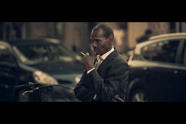 """Черный костюм и сигарета"", фото: Maxime Villalonga"