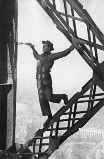 Маляр на Эйфелевой башне, 1953 год. Фотограф Марк Рибу