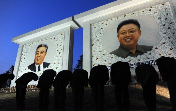 Почтение Ким Ир Сену  - основателю Северной Кореи и его сыну Ким Чен Иру