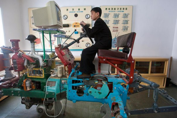 """""""Вперед! К техническому прогрессу!"""", Северная Корея, 2012 год."""