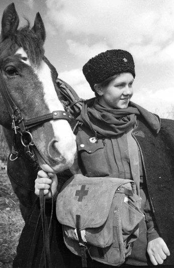 Девушка, служащия советской армии.