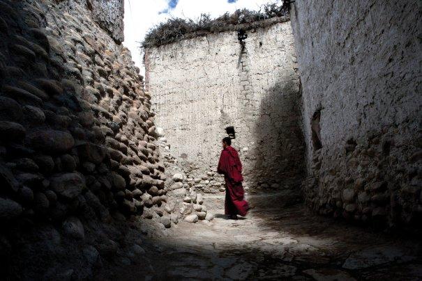 Монах в переулках улиц г. Ло Мустанг, фото: Тэйлор Вэйдман