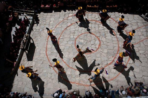 Фестиваль ТиДжи на площади Ло Мустанга, ритуальный танец изгания демонов, фото: Тэйлор Вэйдман