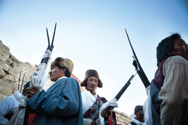 Фестиваль ТиДжи, мужчины готовятся прогонять злого духа стрельбой из ружей, фото: Тэйлор Вэйдман