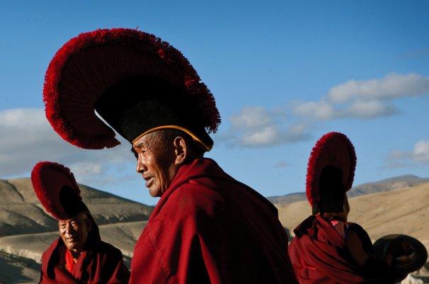 Монахи собираются за пределы Ло Мустанга для проведения обрядов, фото: Тэйлор Вэйдман