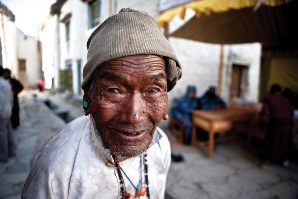 Пожилой житель Лоба одет в белые одежды на фестиваль ТиДжи, фото:  Тэйлор Вэйдман