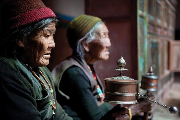 Женщины Лоба крутят молебельные колеса, произнося священные слова, фото: Тэйлор Вэйдман