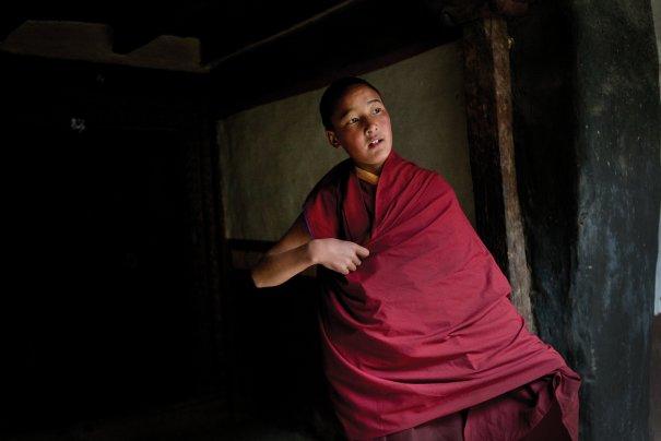 Молодой монах облачается одеяние, фото: Тэйлор Вэйдман