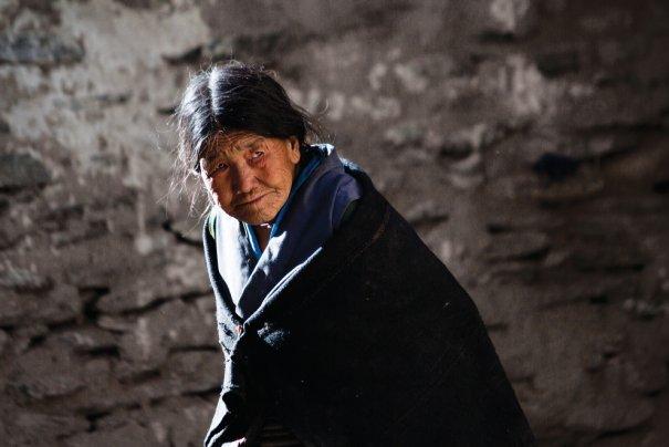 Пожилая женщина прогуливается по улицам Ло Мустанга, фото: Тэйлор Вэйдман