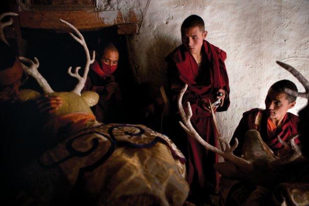 Подготовка танцоров к выступлению на фестивале ТиДжи, двор королевского дворца, Ло Мустанг, фото: Тэйлор Вэйдман