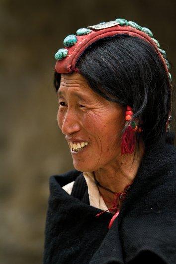 Женщины на торжественные мероприятия( свадьба, фестиваль ТиДжи) одевают головной убор - перак.