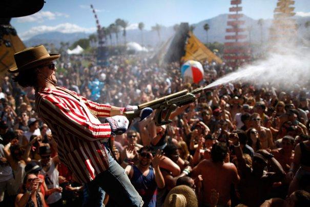 """Обливание зрителей водой - """"Охладите свой пыл!"""", фото: David McNew"""