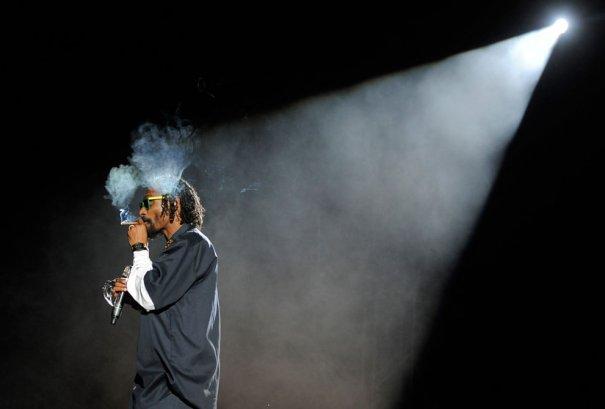 Рэппер Snoop Dogg курит, пока Dr.Dre  читает рэп, фото: Chris Pizzello