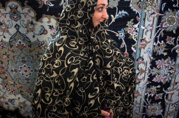 """Работница фабрики по изготовлению ковров. Этой """"индустрии"""" в Иране уже 2000 лет!  фото: Morteza Nikoubazl"""