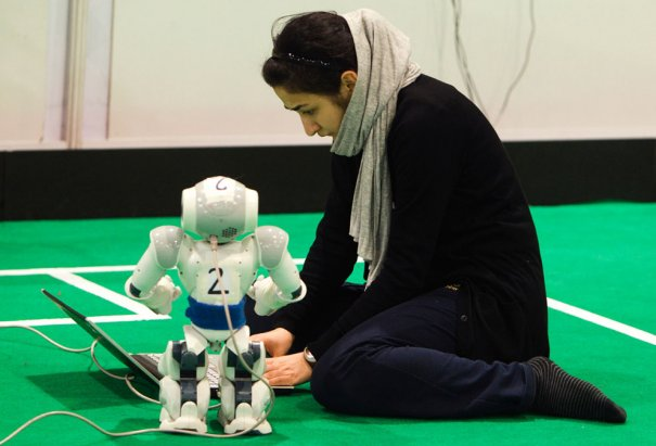 Туше Айяр  занимается разработкой новых технологий, на фото: создание робота-футболиста