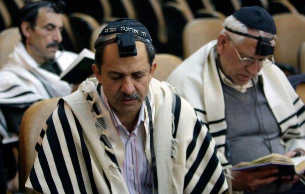 Мужчины -евреи молятся во время Хануки, фото: Vahid Salemi