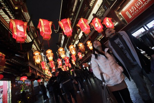 Пара наблюдает за небесными фонариками (фото:Eugene Hoshiko)