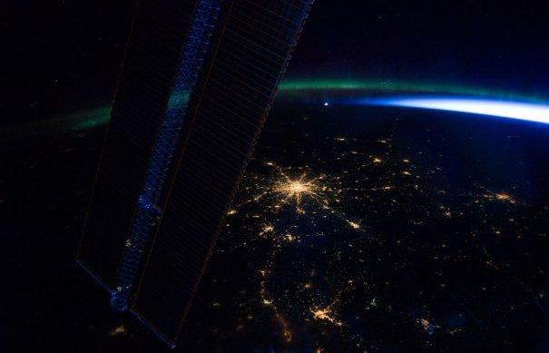 Москва. Снимок сделан с международной космической станции. Также можно заметить северное сияние на вотсоке России.