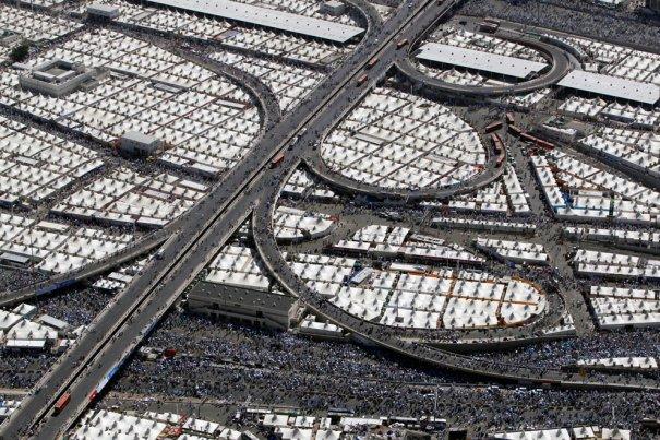 Палатки мусульманских поломников, расположенных прямо на дорожных магистралях, Саудовская Аравия, фотограф: Ammar Awad