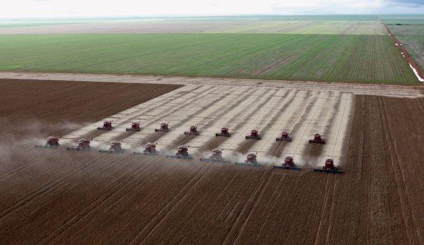 Сбор урожая с соевого поля, Тангара-да-Серра, Бразилия, фотограф: Paulo Whitaker