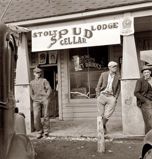 Таверна на главной улице в урожайный период, Орегон ( октябрь, 1939 г.), фотограф: Доротея Ланж