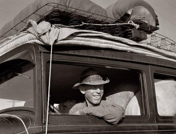Трасса 99 между Туларэ и Фресно. Фермер из Канзаса со своей семьей в дороге, после шести месяцев в Калифорнии (май, 1939)