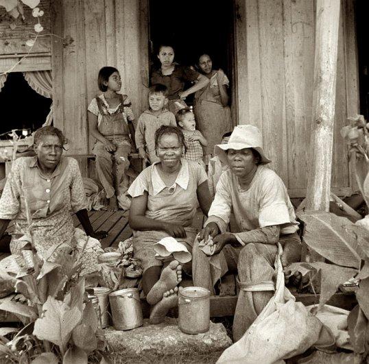 Мигрирующие сборщики хлопка во время обеда, Техас ( август, 1936 г.), фотограф: Доротея Ланж