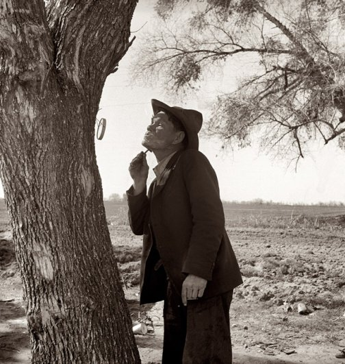 Мужчина бреется на обочине ( 1939 г.), фотограф: Доротея Ланж