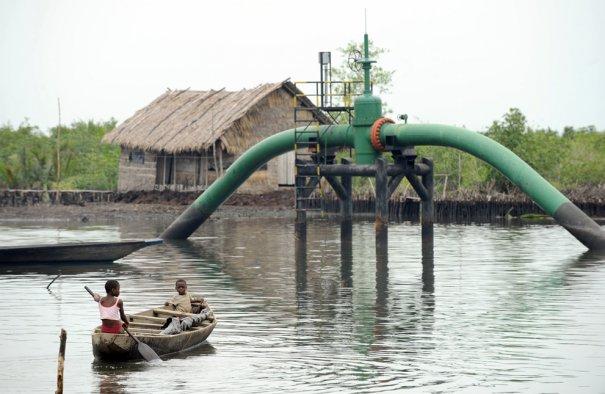 Дети проплывают возле нефтепровода, неподалек уих дом, поселок Андони, Нигерия, фото: Pius Utomi Ekpei