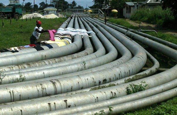 """"""" Сушка белья на нефтепроводе"""", район Окрика, Нигерия, фотограф: Sunday Alamba"""