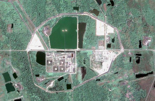Нефтяная компания, на зеленом участке можно увидеть две вспышки - сжигание газа (  Googleearth)