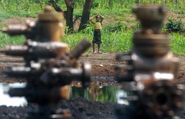 """""""Мальчик перед кранами нефтепроводов"""". фото: Lionel Healing"""