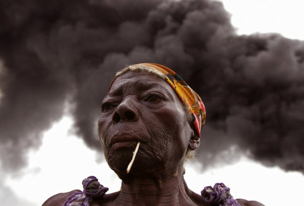 """Эта женщина лишилась жилья в последствие поджога нефтяными """"ворами"""" одной из вышек, фото: Schalk van Zuydam"""