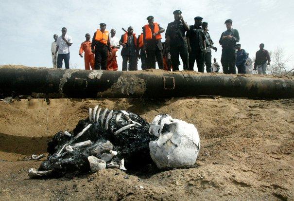"""""""Последствия"""" внезапных взрывов нефтяных вышек, фотграф: Sunday Alamba"""