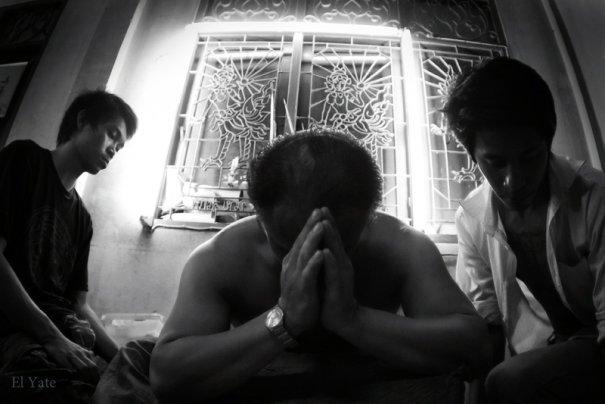 """во время нанесения тату монах и  """"прихожанин"""" погружаются в медитацию"""