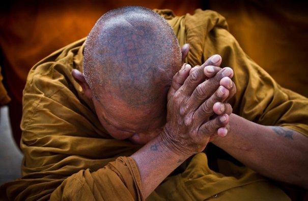 Буддийский монах, на голове у него татуировка -молитва, Тайланд,фото: David Longstreath